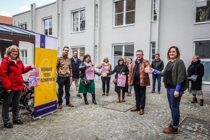 stad Brugge steunt de vrijwilligers die eenzamen opbellen