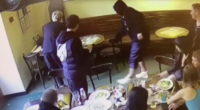 Alexander Kokorin en Pavel Mamajevin op beelden tijdens de schermutseling een het bewuste café in Moskou.