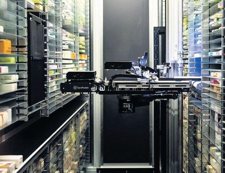 Een robot zoekt en sorteert medicijnen in een apotheek in Nijmegen en legt deze klaar. Beeld anp