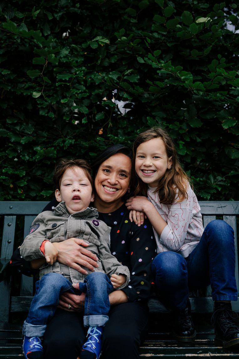 Vanessa Liem met haar dochter Olivia en zoon Thijmen. Thijmen heeft een zware vorm van epilepsie. Beeld Marc Driessen