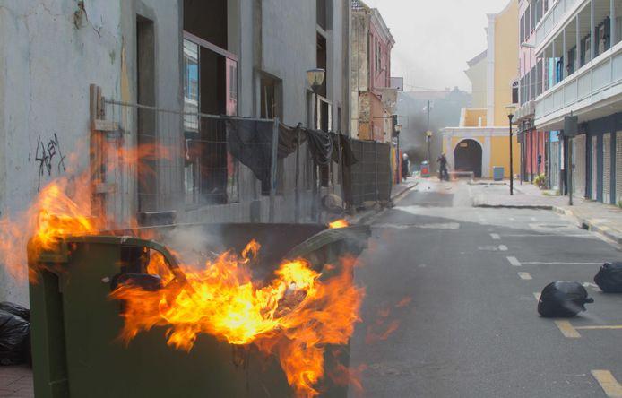 Brandstichting tijdens een protest tegen de regering in Willemstad eerder deze week. Ook donderdagavond en -nacht was het onrustig op Curaçao.