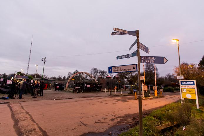 RIJSBERGEN - Bij de laatste dag van de ontruiming van camping Fort Oranje in Zundert zijn woensdag twee arrestaties verricht. Een van de gearresteerden zou volgens lokale media de beheerder van de camping zijn. Hij zou agenten hebben uitgescholden.