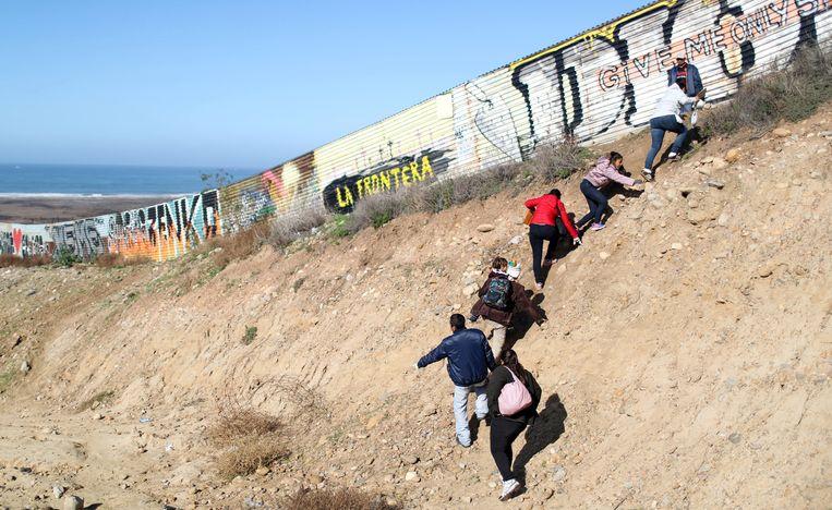 Migranten afkomstig uit Centraal-Amerika proberen de grens met de VS over te steken. Beeld REUTERS
