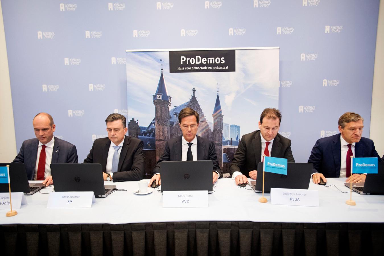 Segers van de Christen Unie, Roemer van de SP, Rutte van de VVD, Asscher van de PVDA en Buma van het CDA vullen de stemwijzer in
