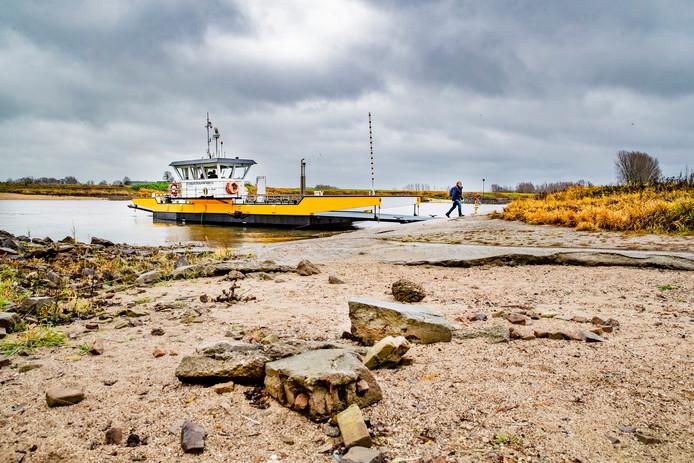 Het pontje over de IJssel, Veerpont Olburgen-Dieren. Volgens Rijkswaterstaat is de waterstand op de Rijn en de IJssel op dit moment lager dan normaal voor de tijd van het jaar. De komende twee dagen zal de waterstand licht toenemen.