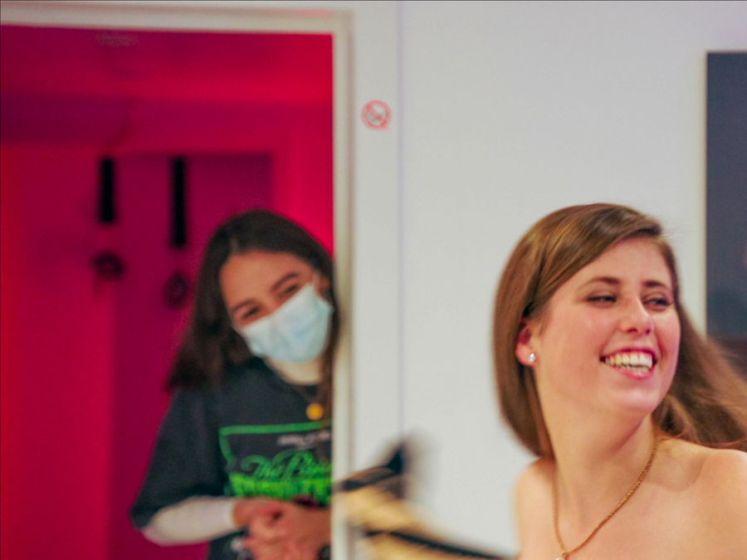 Vlaamse pornoactrice Lyne toont hoe het er achter de schermen van pornoset uitziet