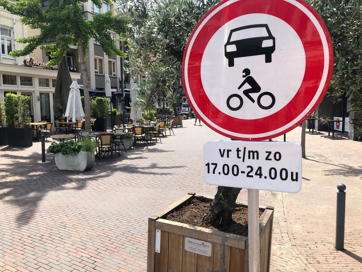 Dit bord weerhoudt twijfelende automobilisten ervan om ook buiten de verbodsuren de Molenstraat in te rijden.
