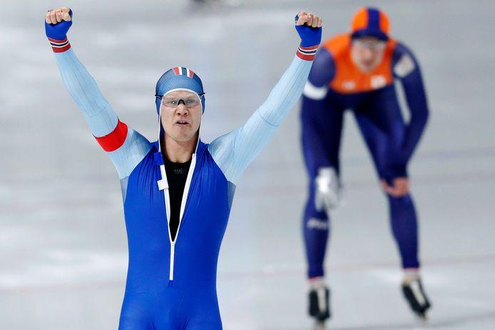 Havard Lorentzen juicht na zijn 500 meter tegen Ronald Mulder op de Spelen van 2018.