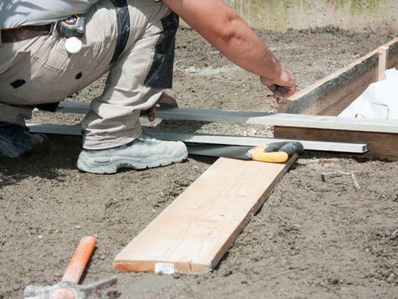 Een solide betonplaat vergt redelijk wat voorbereidend werk. Zo heb je een bekisting nodig voor de randen van de betonplaat.