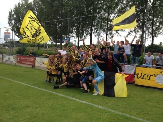 Het zegenvierende team, poserend voor de overwinningsfoto's