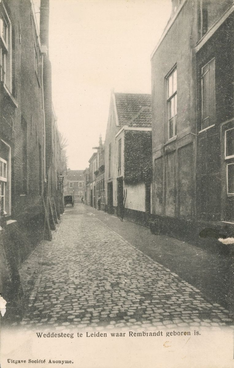 Ansichtkaart uit 1906 van de Weddesteeg in Leiden. Rechts het trapgeveltje van Rembrandts geboortehuis. Beeld