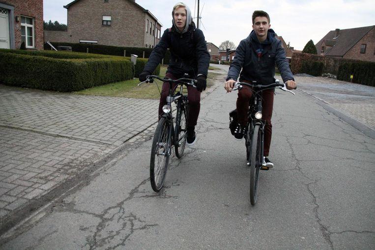 Deze fietsers moeten uitkijken dat ze niet vallen op de Broekstraat, die vol putten zit.
