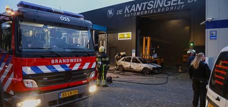 Auto brandt compleet uit in de hal van De Kantsingel in Oss