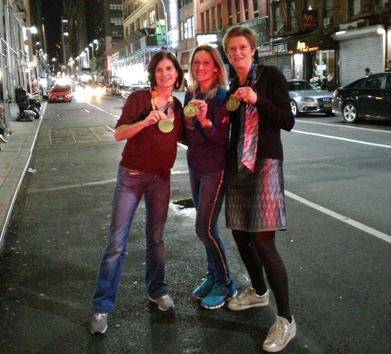 De drie Tiense dames in New York met hun medaille.