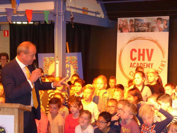 De aftrap van CHV Academy bij basisschool De Uilenbrink in Veghel met CEO Frits van Eerd van Jumbo.