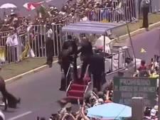 Paus Franciscus stopt optocht voor gevallen politievrouw