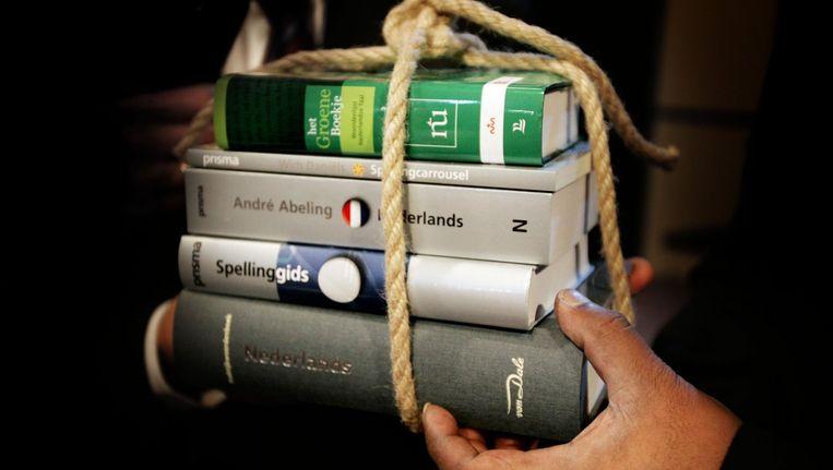 Woordenboeken die officiële spellingslogo van de Nederlandse Taalunie dragen. Beeld anp