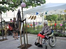 Bloemen van burgemeester Agnes Schaap voor 100-jarige Dora ten Böhmer