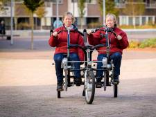 Papendrechtse tweeling kan eindelijk weer op pad dankzij duofiets