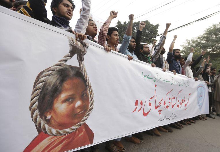 Mensen roepen slogans en protesteren tegen de vrijlating van Asia Bibi in Lahore, Pakistan.
