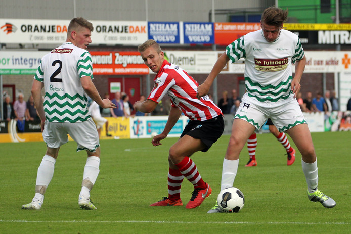 Westlander Yuri Westhoff (rechts) in het duel met Sparta in 2016. Links kijkt Gerben Koop (2) toe.