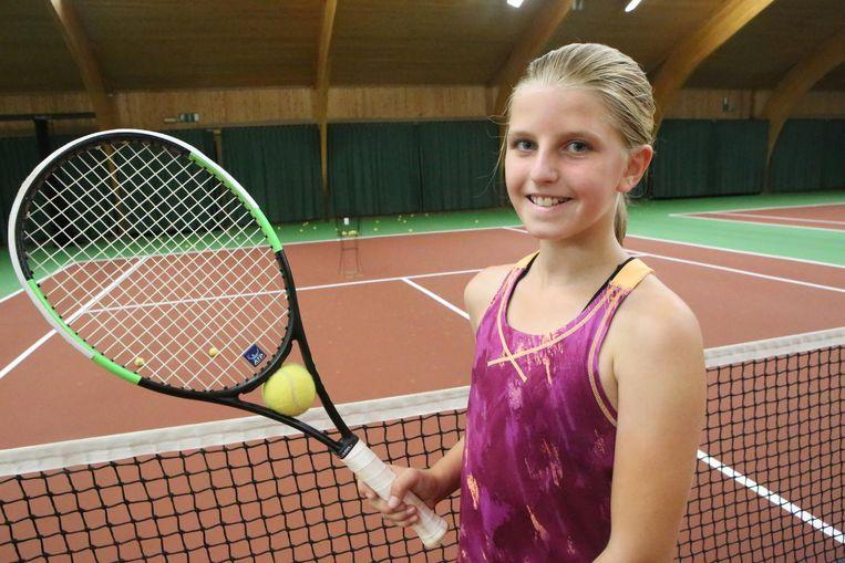 De tienjarige Zita Berckmans tijdens de tennistraining.