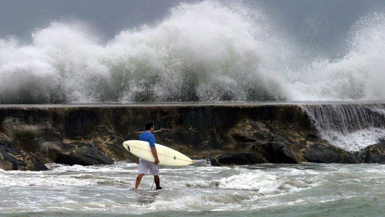 Golven breken op de rotsblokken in Miami