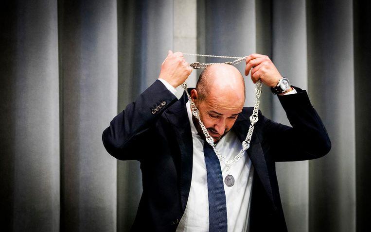Ahmed Marcouch, burgemeester van Arnhem, doet zijn ambtsketting om. Beeld ANP