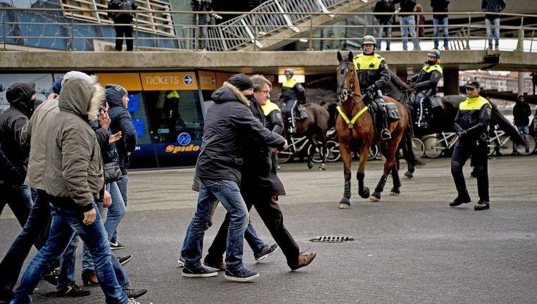 De politie arresteert betogers van Pegida en tegendemonstranten in Rotterdam. Beeld anp
