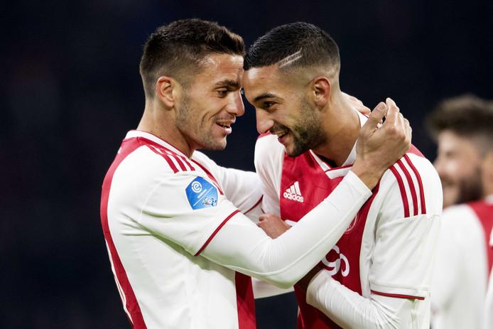 Dusan Tadic en Hakim Ziyech van Ajax juichen na de 2-1.