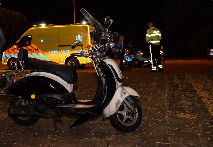 De scooter waarmee het meisje over de stoep reed.