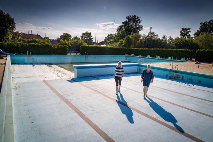 Eind juni stond het zwembad nog droog, maar door een financiële tegemoetkoming van de gemeente Steenwijkerland, kan het zwembad in Blokzijl toch nog open deze zomer. Penningmeester Joke Boes en voorzitter Tjakien Fokkes (vlnr) zagen het eind juni somber in, maar zetten nu de schouders eronder om vanaf 13 juli weer open te gaan.