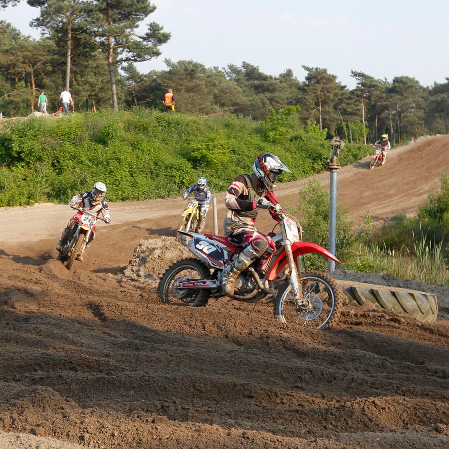Motorcrossers op circuit De Ketelberg.