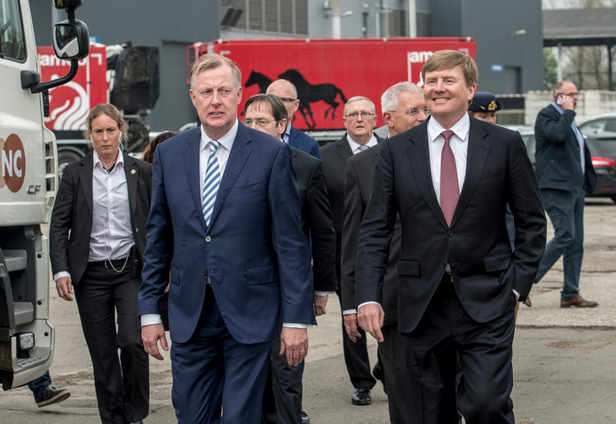 Koning Willem-Alexander met directeur Tom van Wijk van CNC in Milsbeek.