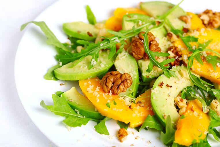 Het dieet schrijft weinig koolhydraten en eiwitten voor. Vetrijke producten als boter, room, spek en avocado zijn daarentegen wel van belang.