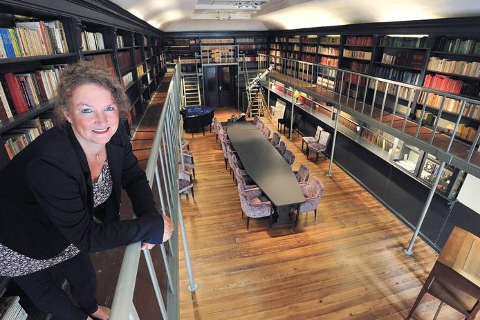 Claudia Koole in de historische bibliotheek van Tivoli in Oudenbosch waar haar film wordt vertoond. foto Peter van Trijen/Pix4Profs