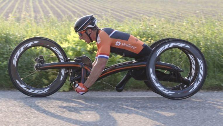 Jetze Plat op zijn nieuwe handbike van M5. De fiets, gemaakt door Bram Moens, is lichter en aerodynamischer dan de handbike waarmee hij het WK net niet won. Beeld Bert Willems