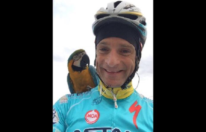 Michele Scarponi en zijn onafscheidelijke papegaai.