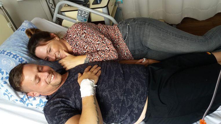 Kay Dobbelaer en zijn vriendin in het ziekenhuis.
