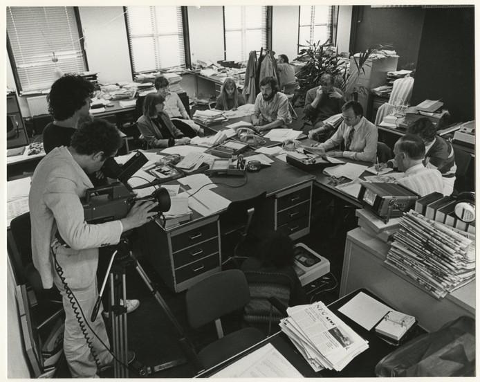 De redactie van Het Vaderland op de laatste dag. Hoofdredacteur Rien Schilte (rechts met bril) en Marty Tieleman (met baard).