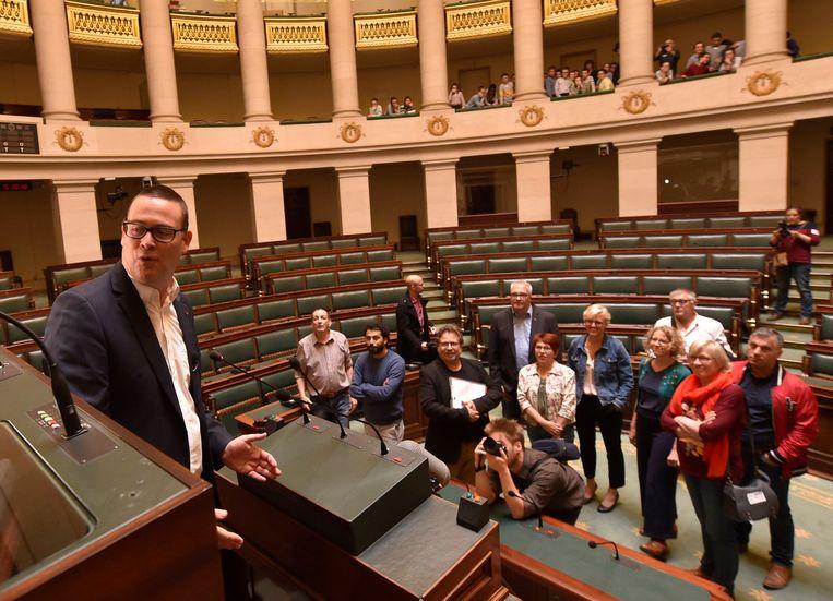 Kopstuk Raoul Hedebouw leidt de twaalf PVDA-PTB-verkozenen rond in de Kamer.