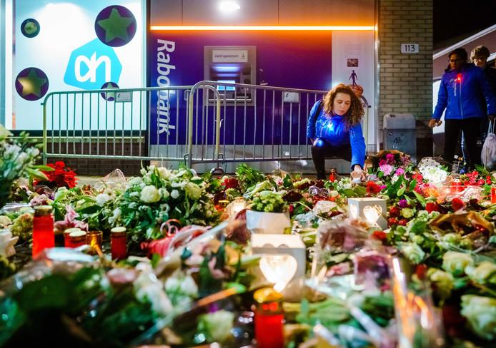 Een bloemenzee voor het slachtoffer van de dodelijke steekpartij in Hoofddorp.
