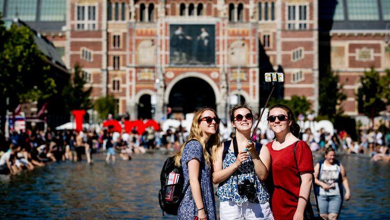 Toeristen op het Museumplein in Amsterdam. Beeld anp