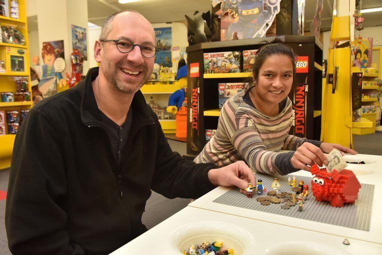 Eric De Bachere en Deborah Zeelig met Lego-figuurtjes en Belgische frank.