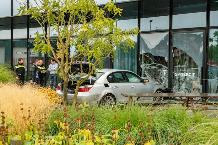 Op de Nijverheidsweg is een auto op een gebouw gebotst.