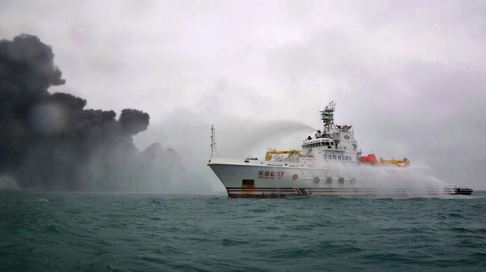 Hulpverleners proberen de brand op de olietanker Sanchi onder controle te krijgen, maar het schip dreigt te exploderen.