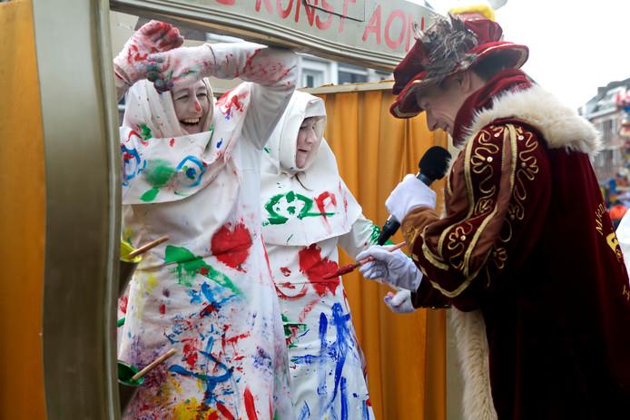 De dames van De Theemutsen trokken als Kaaise Kunst Ain Route door het centrum. De bij aanvang witte nonnetjes lieten zich beschilderen door de toeschouwers, en natuurlijk mocht ook Prins Mienus XIV een stukje schilderen.