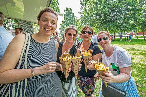 De stadsmedewerkers genieten van een frietje in het stadspark.