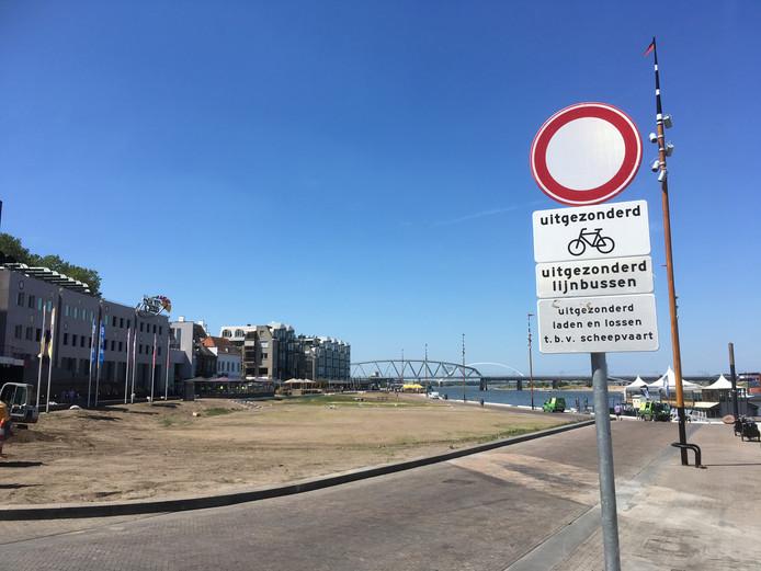 De Waalkade is verboden voor autoverkeer.