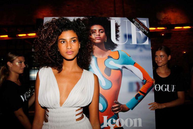 Het Nederlandse model Imaan Hammam poseert bij de cover van Vogue Nederland. Beeld epa